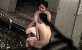 sweet-japanese-babes-expose-their-bodies-in-the-bath-house