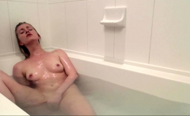 sexy-babe-with-a-splendid-ass-fingers-herself-in-the-bathtub